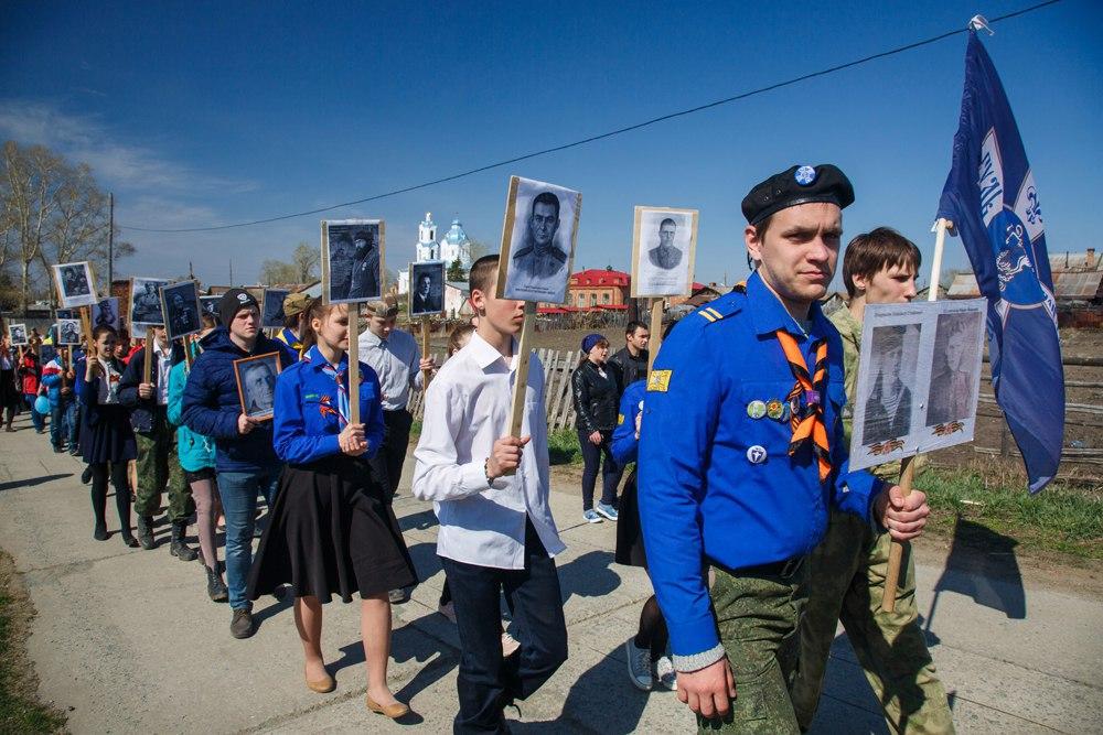 Православные следопыты Челябинска и монахини шагают вместе в строю Бессмертного полка