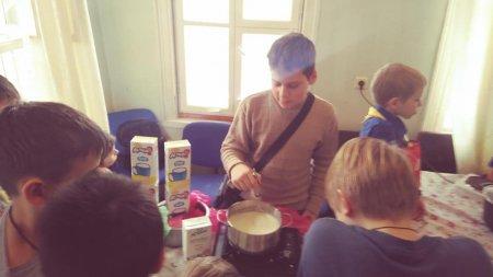 В Московском отделении Братства Православных Следопытов прошел мастер-класс по производству сыра в рамках подготовки к поездке в Дома престарелых