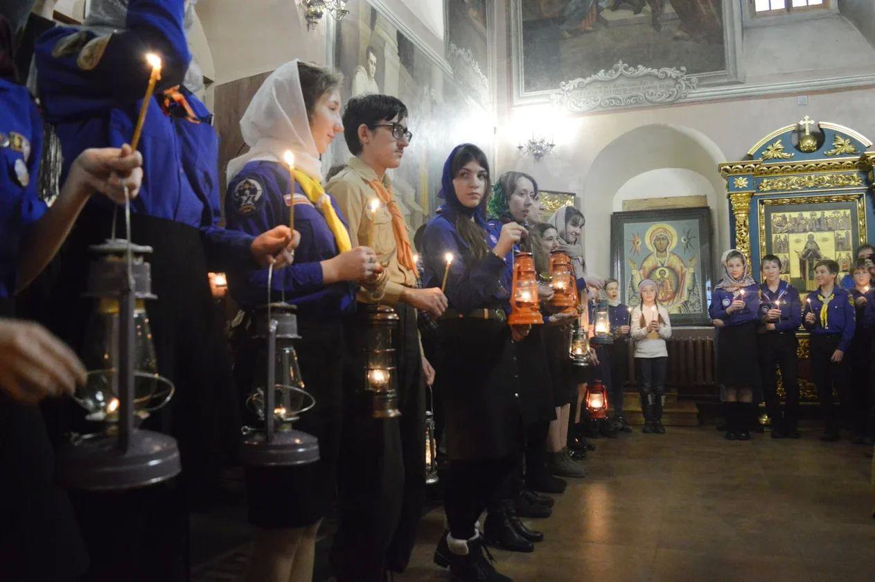 В Москве на Крутицком Патриаршем подворье состоялась встреча Вифлеемского огня